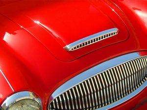 Capó de un auto rojo