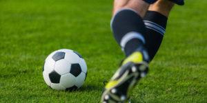 Jugador de fútbol pateando una pelota