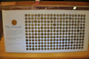 240 peniques hacen una libra esterlina
