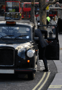 Persona subiendo a un taxi inglés