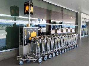 Carrito de equipaje en aeropuerto