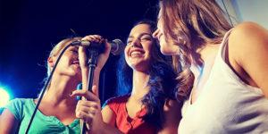 Chicas cantando en una fiesta
