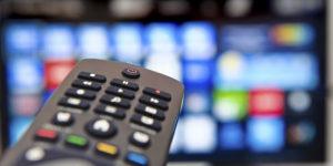 Control remoto apuntando a TV