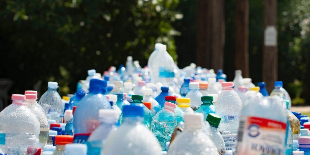 Montón de botellas plásticas apiladas listas para reciclaje